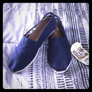 Toms Navy Canvas NWT